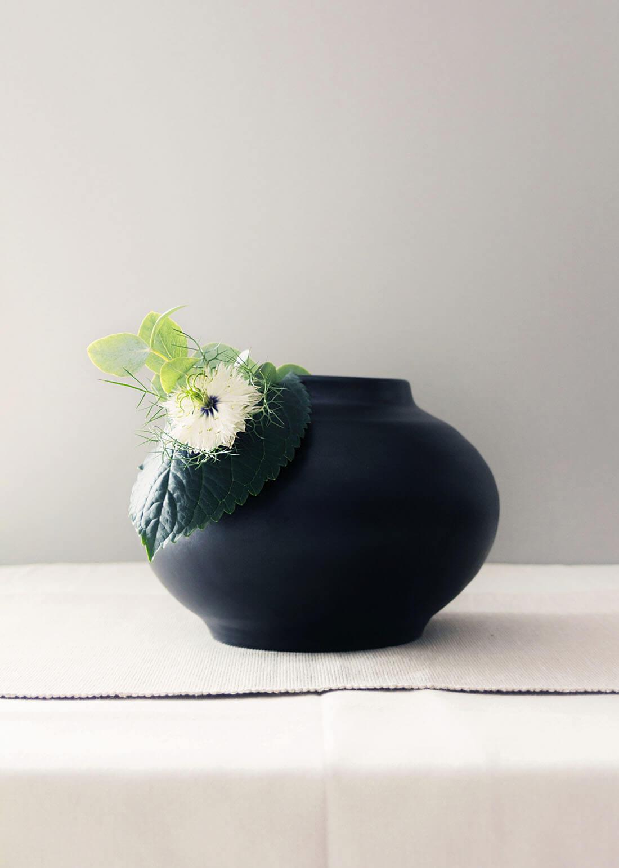 Flora collection, vaso basso decorativo con taglio by Marianna Milione designer
