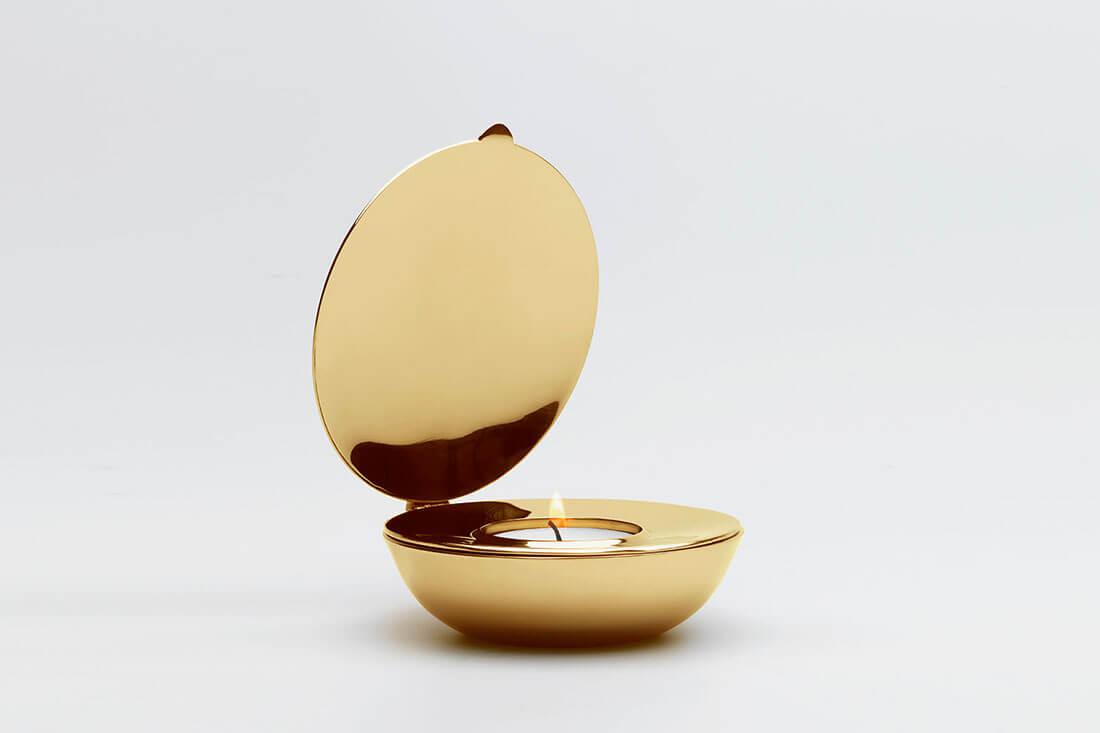 Portacandele per San Valentino in ottone Shell design di Magnus Löfgren per Design House Stockholm