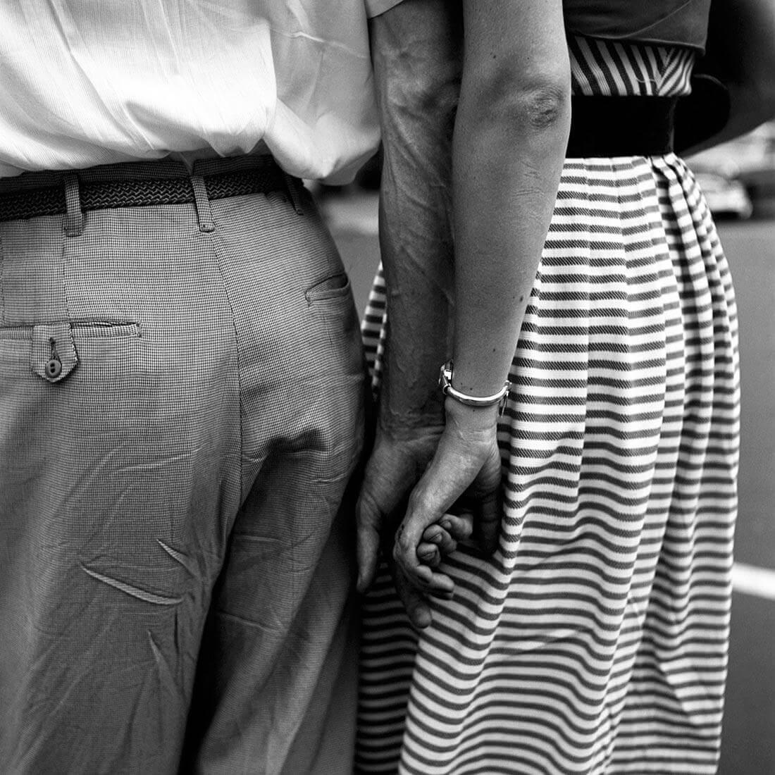 Be Woman Be Creative Vivian Maier fotografa, coppia mano nella mano