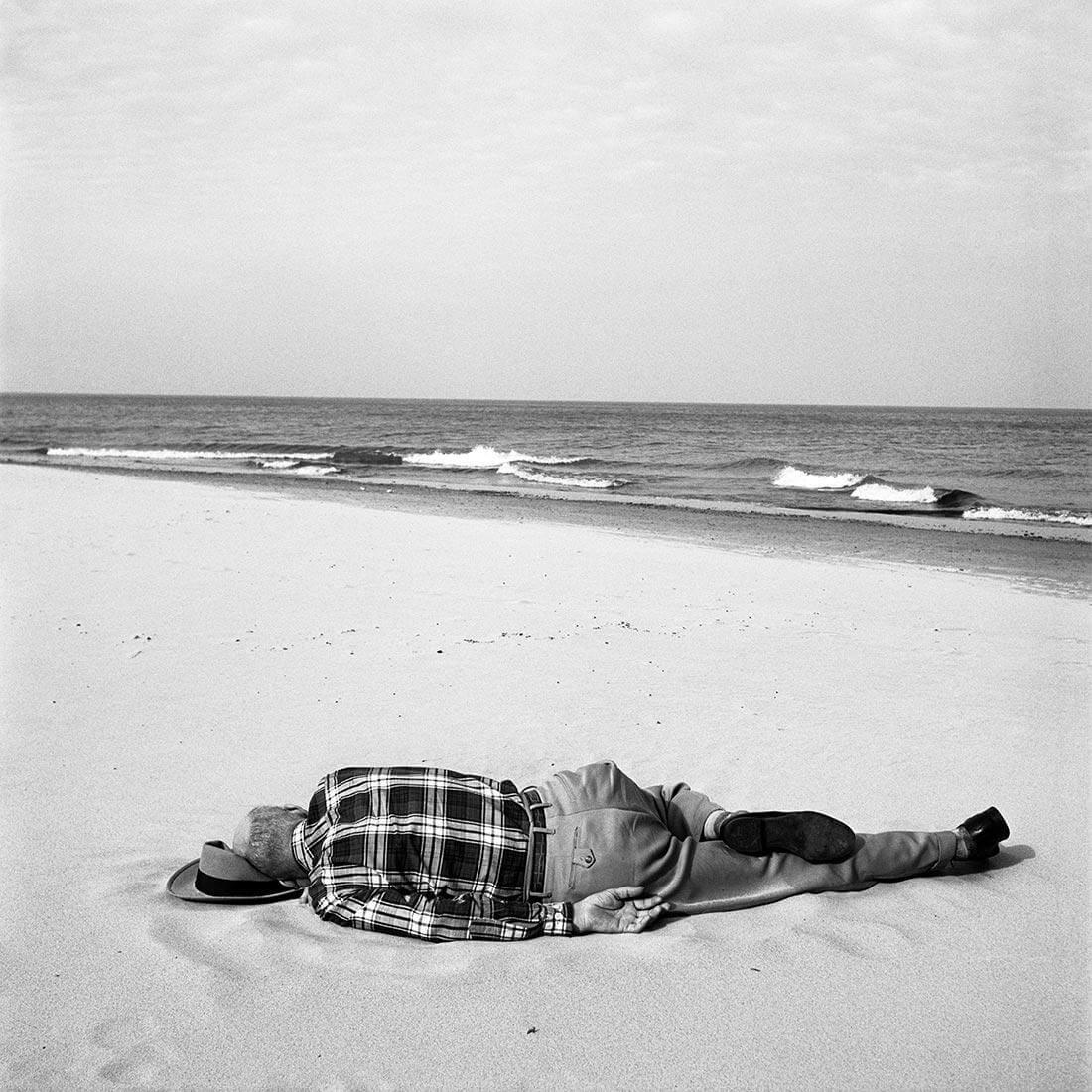Be Woman Be Creative Vivian Maier fotografa, uomo sulla spiaggia