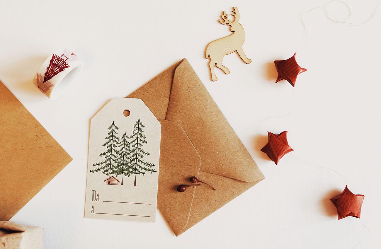 Etichette di natale per i regali con abeti e baita. Da scaricare e stampare nella raccolta di risorse gratuite. Dal blog di Marianna Milione