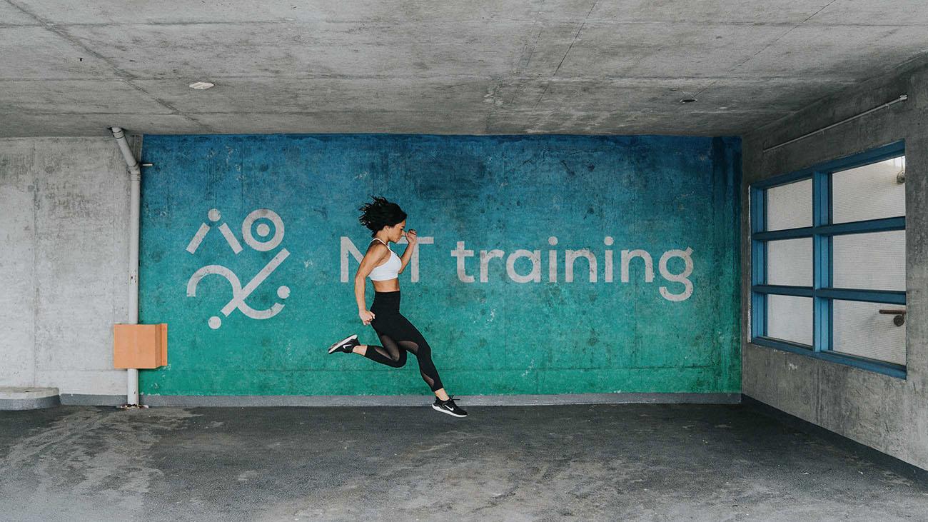 Logo su muro per MT Training, grafica di Marianna Milione